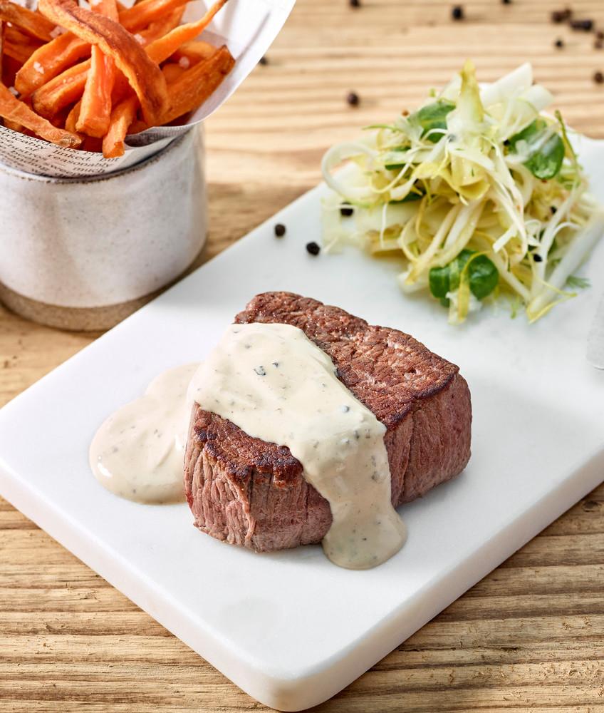 Steak sauce Boursin® Cuisine 3 Poivres, frites de patates douces et chicons