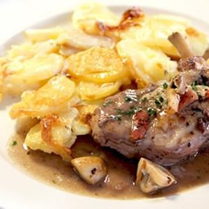 Kip op 'coq au vin'-wijze en aardappelgratin, volle textuur