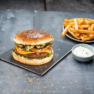 Burger vegan avec champignons, roquette et relish à l'oignon