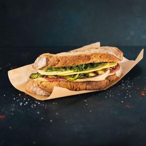 Sandwich courgettes grillées, betterave rouge et houmous