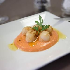 Sint-jakobsnoot en coulis van paprika