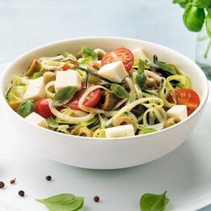 Salade de courgettes avec tomates, basilic et olives